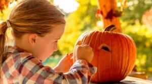 locandina di Halloween al Parco Fico di Bologna con dolcetto o scherzetto, zombie e labirinto